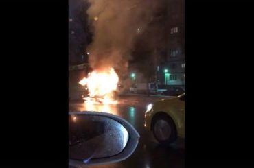 Автобус горит наулице Сизова