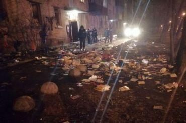 Горожане обнаружили ковер изкниг под окнами наКараваевской