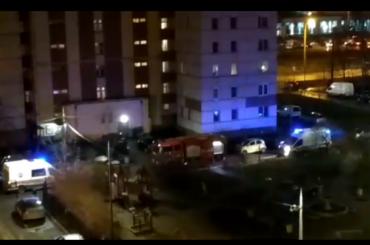 «Очень страшно»: пожарные немогут попасть вгорящую квартиру наХасанской