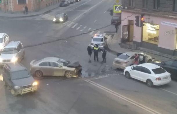 Автомобиль въехал встоловую наХерсонской улице