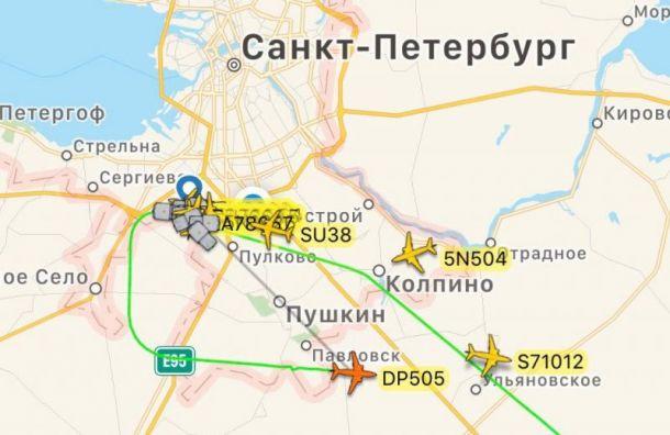 Самолет изМахачкалы неможет приземлиться вПетербурге