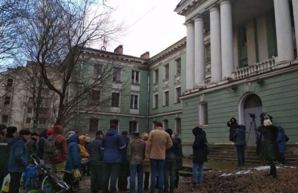 Петербуржцы вышли нанародный сход кмедсанчасти наОдоевского