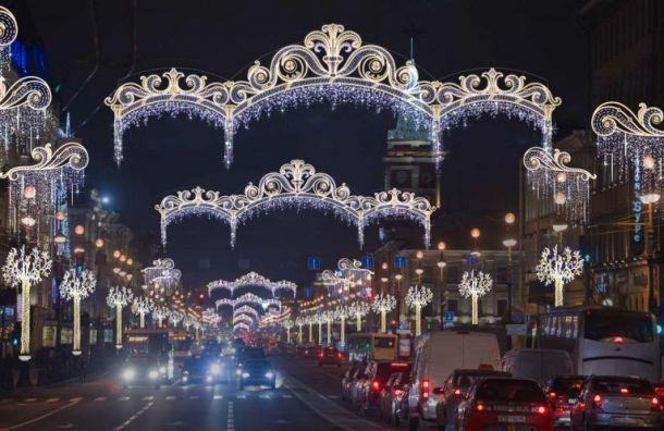 Новогоднюю елку наДворцовой площади начали разбирать