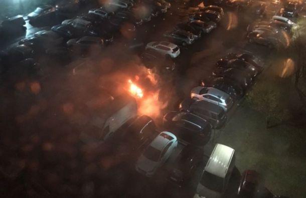 Машина загорелась напарковке наулице Маршала Тухачевского
