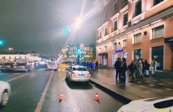 BMW въехал вгруппу пешеходов науглу Невского иФонтанки
