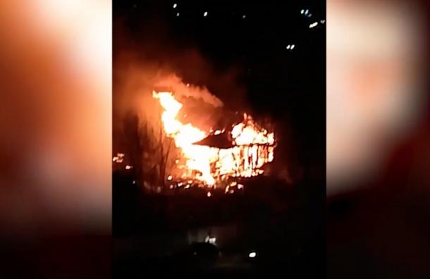 ВМурино сильный пожар, полыхает старый дом