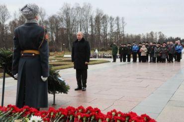 Путин возложил цветы кмонументу «Родина-Мать» вПетербурге