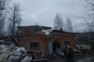 Крупный пожар произошел наскладе вКолпинском районе