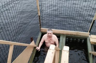 Петербуржцы вышли накрещенские купания