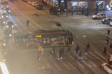 Науглу Невского иЛитейного водители стоят вогромной пробке