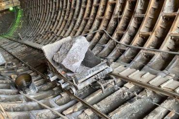 Метростроители вручную раскалывают валуны на«Казаковской»