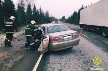 Водитель Fiat погиб после страшного столкновения с фурой под Лугой