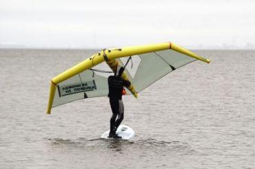Петербуржец проплыл насапсерфе спарусом-крылом вдоль Ломоносова