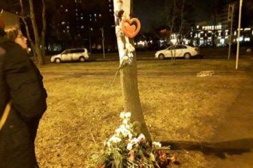 К месту гибели школьников на Тореза несут цветы и игрушки