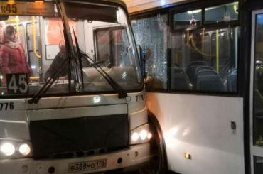 Автобус столкнулся смаршруткой около метро «Ленинский проспект»