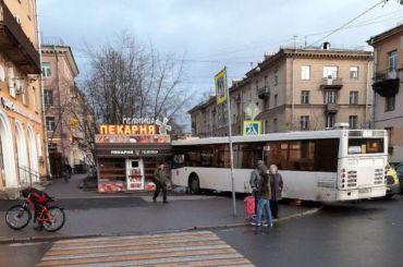 Автобус въехал впекарню наСкобелевском проспекте