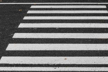 Автомобилист сбил женщину напешеходном переходе вПриморском районе