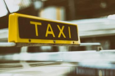 Смольный иЗакС ненашли денег насоциальное такси для блокадников