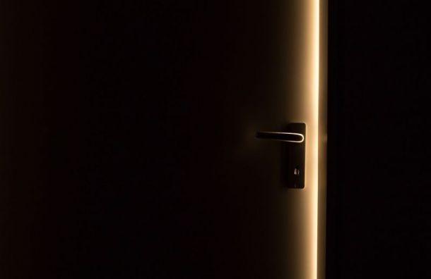 Примерзшая дверь дома наАвангардной улице помешала жильцам выйти