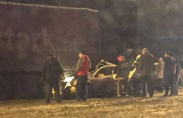 Водитель Skoda пострадал при столкновении сприпаркованной фурой