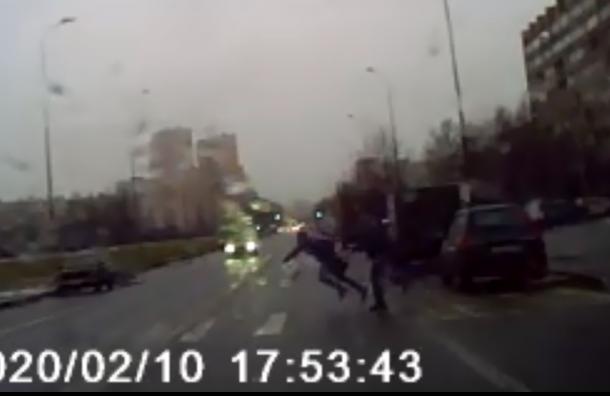 НаТоварищеском мужчина толкнул спутницу посреди проезжей части