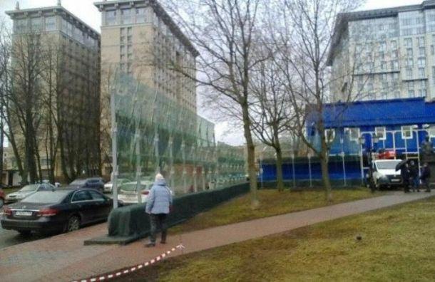 НаВасильевском острове готовят бронированное стекло кприезду Путина