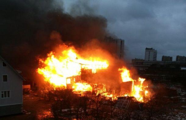 ВПетербурге горит дом сбоеприпасами