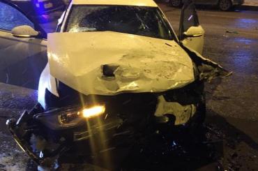 Водитель Audi ночью врезался впять припаркованных машин наСикейроса