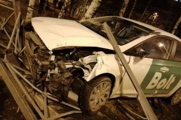 Такси влетело вдорожное ограждение наулице Жени Егоровой