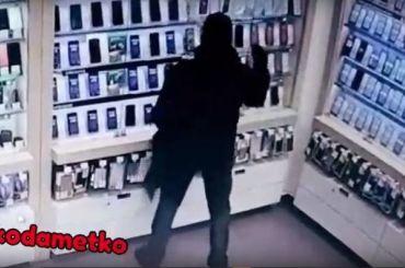 «Сделал себе подарок на23-е»: мужчина разбил витрину иунес iPhone