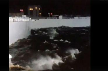 Появилось видео, где дамба сдерживает натиск стихии
