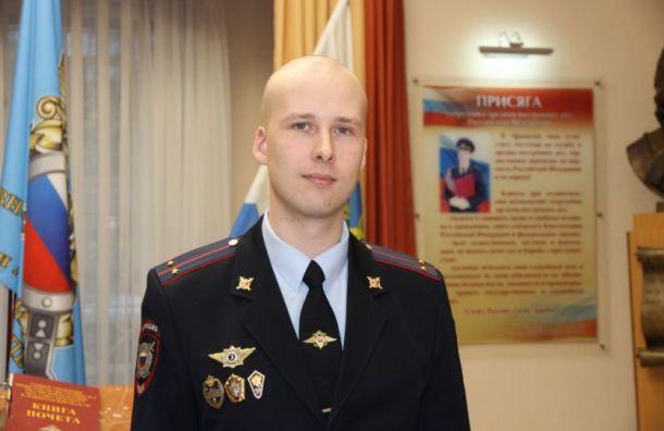 Полицейского наградили заспасение провалившегося под лед петербуржца