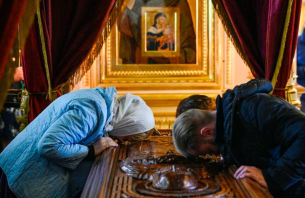 Священники организуют поклонение мощам вовремя коронавируса