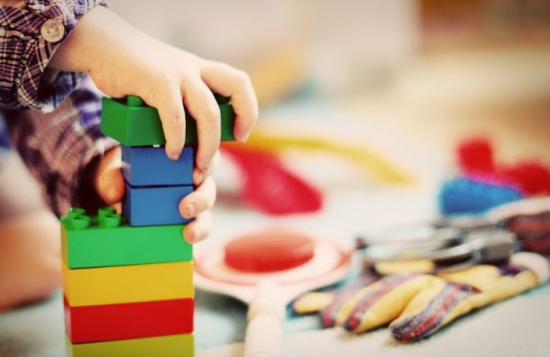 Детсады откроют дежурные группы для детей петербуржцев, работающих вкарантин