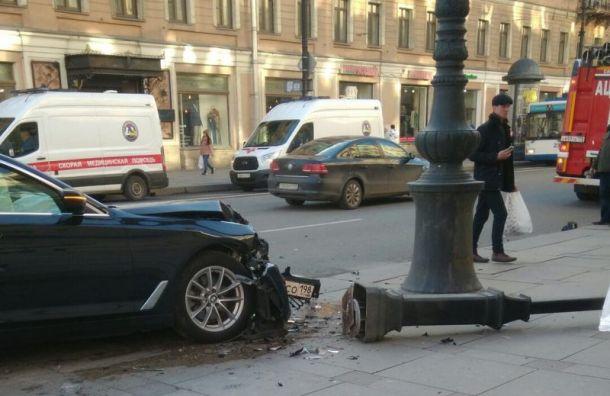 ВДТП наНевском Mercedes отправил BMW натротуар