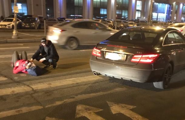 Женщина попала под машину устанции «Улица Дыбенко»