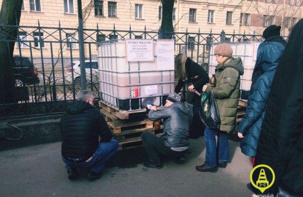Петербуржцы выстроились вогромную очередь заразливным антисептиком