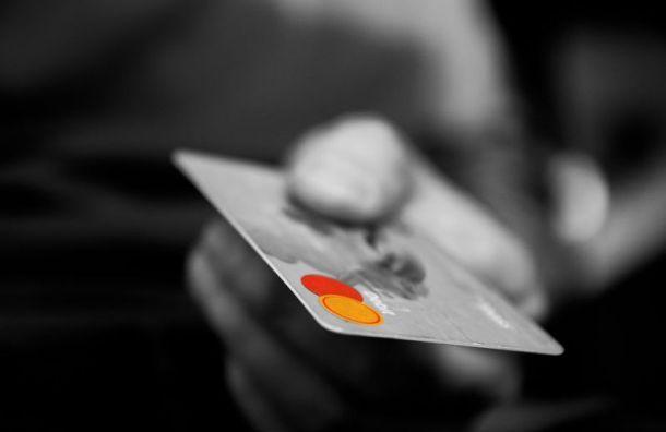 Петербуржцы все чаще платят безналом, чем снимают деньги