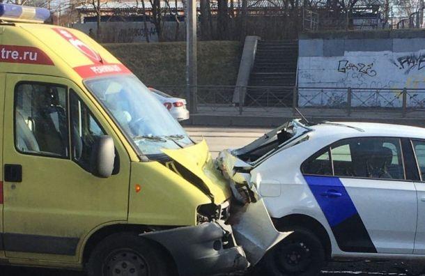 Реанимобиль протаранил каршеринг наЗеленогорской улице