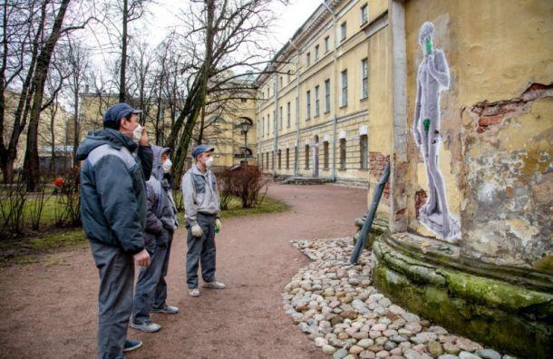 Петербургский художник вподдержку Италии выполнил граффити Давида Микеланджело
