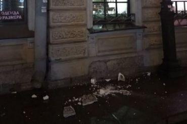 Обрушившаяся лепнина едва неубила прохожих наулице Жуковского