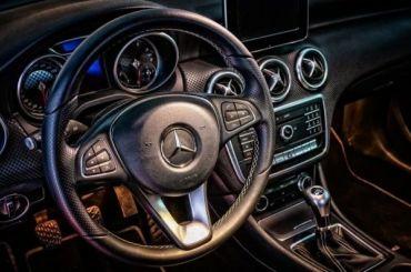 Mercedes перекрыл движение поЛитейному мосту ради экскурсии для девочки