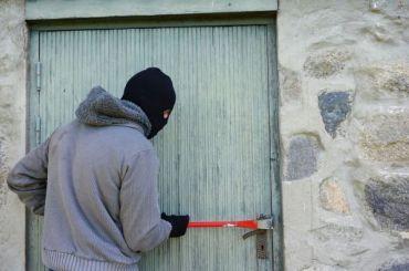 Одним ломом два сейфа: вдеревне ограбили аптеку ипочту