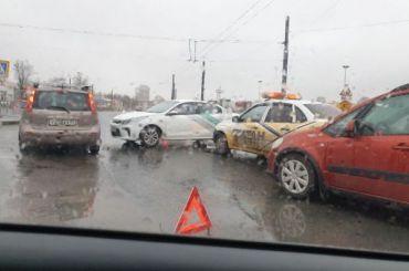 Четыре автомобиля попали ваварию напересечении Богатырского проспекта