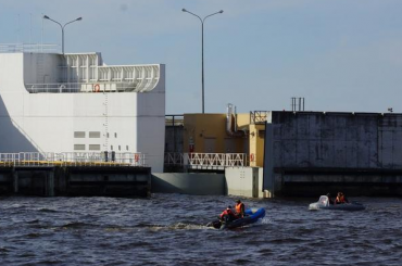 Два рыбака оказались вледяной воде упетербургской дамбы