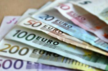 Евро вПетербурге продают за90 рублей