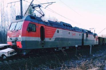 Электровоз протаранил «Ниву» вЛенинградской области