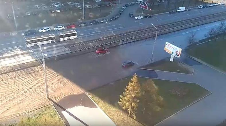 Screenshot_2020-04-26 Перекрёсток Энгельса и Луначарского затопило после прорыва трубы – видео.png