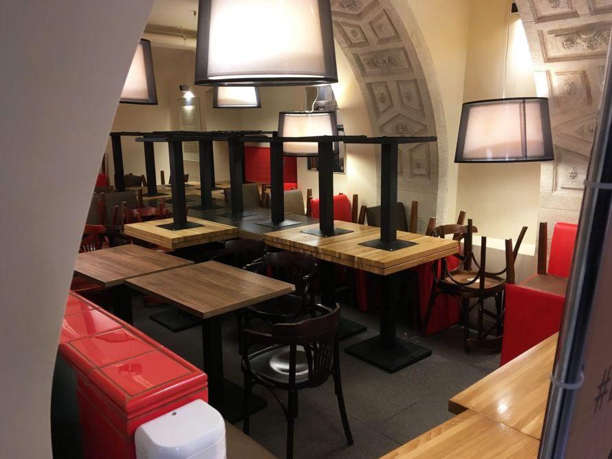 Многочисленные кафе в ТЦ пустуют.jpg