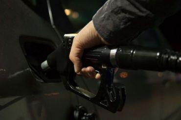 Бензин стал дешеветь нароссийских заправках